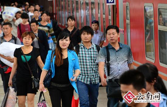 7月7日,出行的旅客在昆明火车站上车。(通讯员 汪建云 摄)