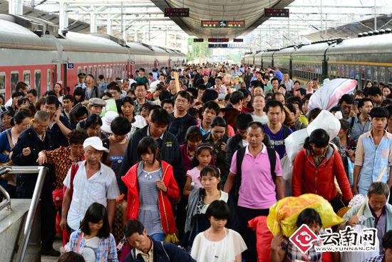 7月7日,经沪昆线、成昆线的两趟旅客列车同时到达昆明火车站。(通讯员 汪建云 摄)