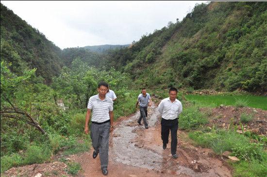 实地深入7个村民小组察看大春农作物旱灾情况