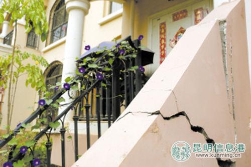 一住户家门口的墙壁出现裂缝。记者马闪山\摄