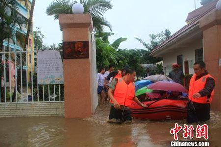 消防官兵用皮划艇运送被困的孩子刀勇摄