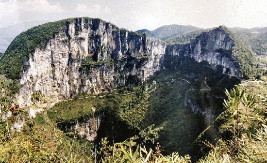 天坑: 天坑风景区位于新店乡云上村