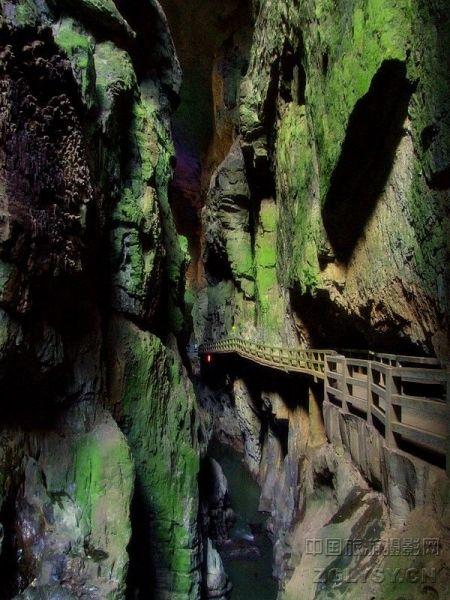 宜良县九乡彝族回族乡境内,距省城昆明90公里,据著名的石林风景区30