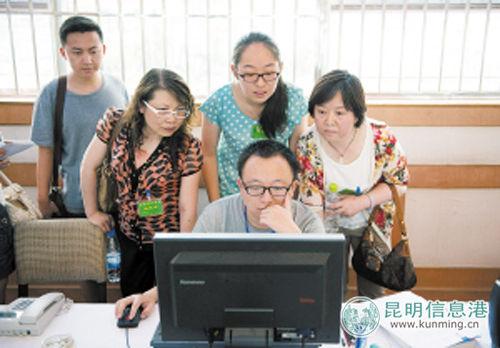 学生和家长代表了解高考录取的流程。记者文若愚\摄