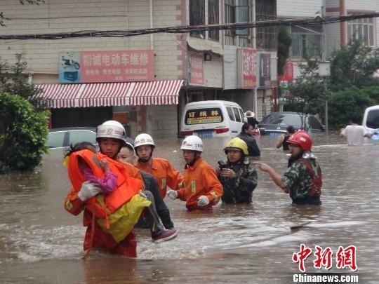 昆明暴雨 消防已抢救被困群众245名