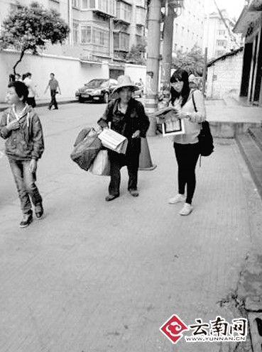 老人沿街卖报