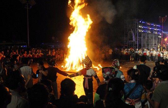 快乐的人们围着火堆起舞