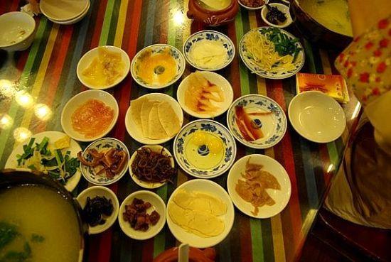食材丰富的过桥米线(图片来源:旅行者 作者:Sean Ho )