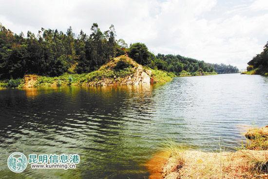 2013年7月30日西白沙河水库蓄水增加,水库周边郁郁葱葱。首席记者赵伟摄