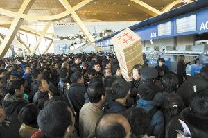 2013年1月4日,长水机场大雾导致大量航班取消,大批旅客挤在值机柜台,拥挤不堪 ■ 都市时报记者 杨帆