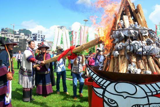中共石林县委书记王冰点燃象征丰收与兴旺的火把