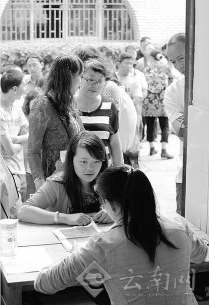 龙翔小学入学报名,家长们排队登记。翟剑 摄