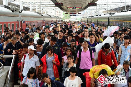 经沪昆线、成昆线的两趟旅客列车同时到达昆明火车站。(通讯员 汪建云 摄影)