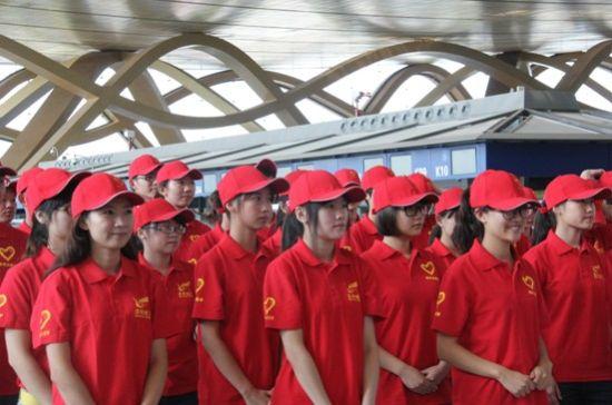 """35名代表志愿服务的昆航""""小红帽"""""""