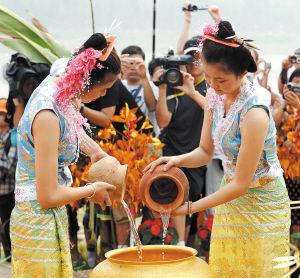 西双版纳泼水节上举行的取水仪式