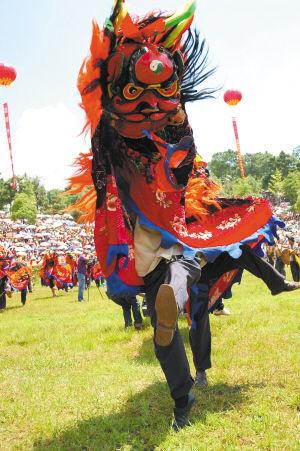 石林火把节开幕式上的舞狮表演 资料图片