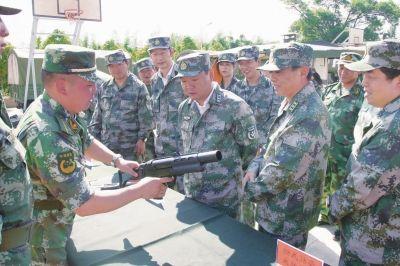 参加军事日的安宁市党政军领导参观部队装备展 蒋林昆摄