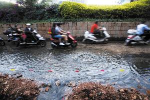 北市区大雨过后,路面又积水。 郎晓伟摄