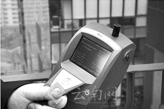 便携式PM2.5检测器,潘石屹也买了台,还秀在了微博上。春城晚报配图