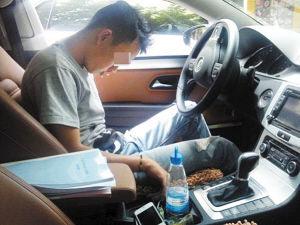 在车中呼呼大睡的男子 供图