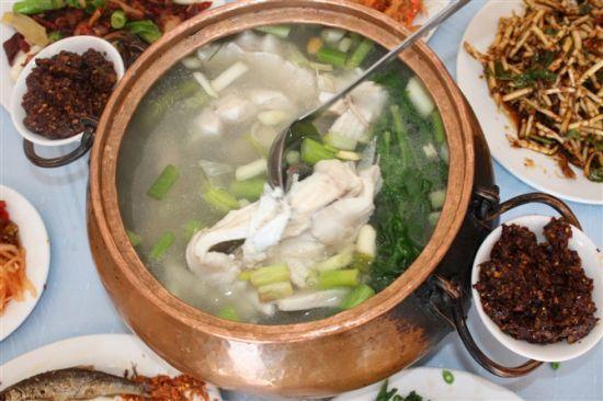 抚仙湖铜锅鱼(图片来源:中国自助游网)