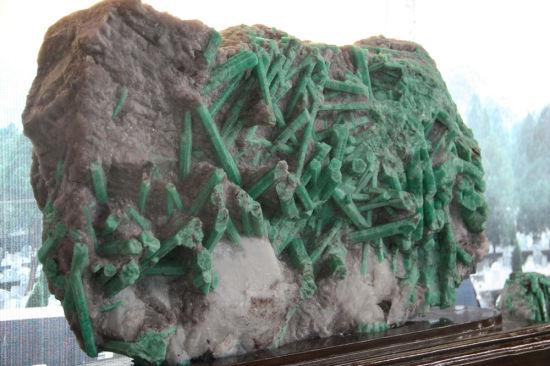 麻栗坡展位中的祖母绿原矿