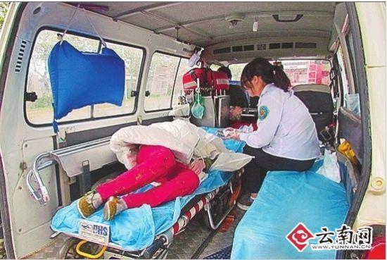 落水女孩被送上急救车 春城晚报配图