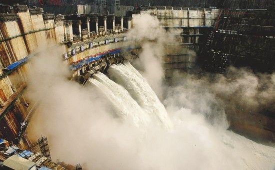 上月中旬,国内第二大、全球第三大水电站三峡集团溪洛渡电站首批机组正式投产发电。这就是云南清洁能源快速发展的一个缩影。新华社 供图