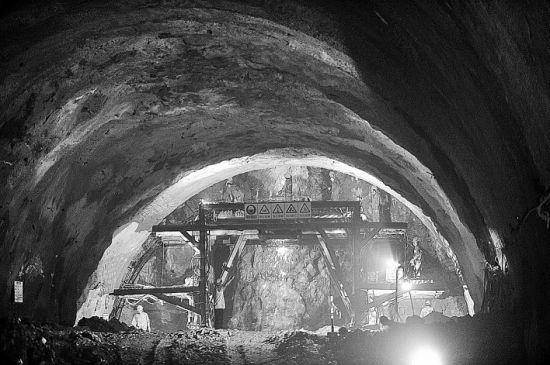 图为8月11日,工人在石林隧道中进行钻眼作业,准备爆破。