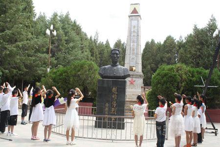 大姚县中小学师生凭悼赵祚传革命烈士 张从华 摄
