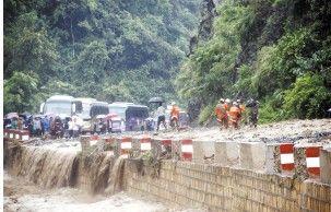 个旧至元阳二级公路冷墩段发生泥石流 都市时报记者 王宗林 摄