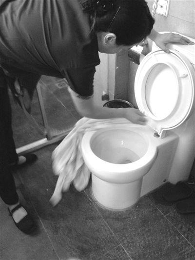 """北京美豪富邦酒店客房卫生间内,供客人使用的毛巾和浴巾有多种""""用途"""",可以用来擦马桶(图),擦浴室,还可以用来擦地板。"""