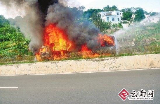 14日,被烧成一团火球的大货车。春城晚报配图