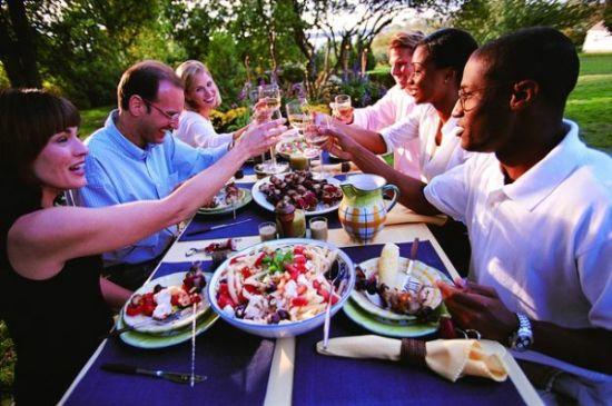 集体聚餐(图片来源:图行天下)