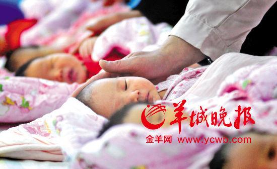 生育政策关系千家万户和国家前途,备受瞩目 IC供图