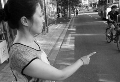 王女士来到老人摔倒的公交车站给记者讲述当时的场景。北国网、辽沈晚报特派盘锦记者 徐刚 摄