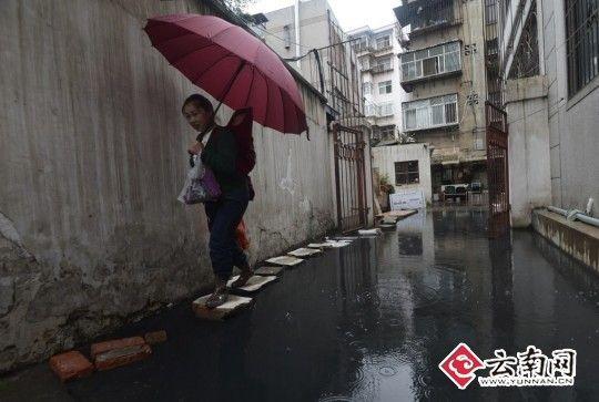 2013年6月10日,安康路178号小区积水严重下水道倒灌居民难出行难。记者 翟剑 摄