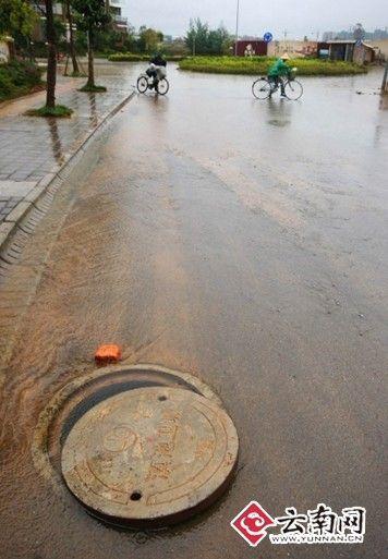 2008年11月4日,滇池路一小学门口遭水淹。记者 江洋 摄