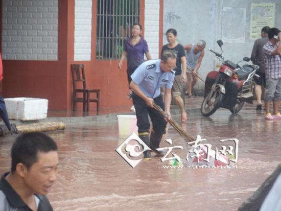 民警为群众清理街道 云南网配图