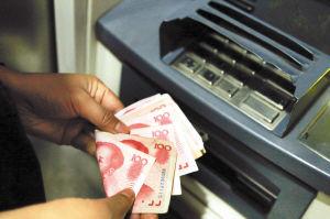 大多数市民在ATM机取完钱后,只会清点数目后便离开 王小琴 都市时报配图