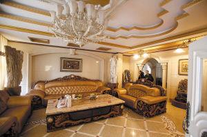 客厅里放着的真皮沙发