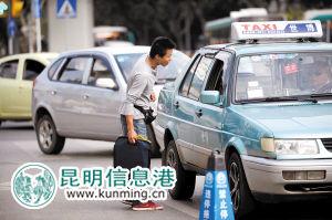 """乘客上车前,司机先询问去哪里再考虑去不去,已成昆明市出租车""""行规"""" 记者张悦/摄"""