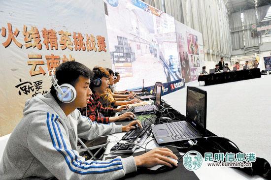职业玩家正在专心竞技。记者杜文蕾摄