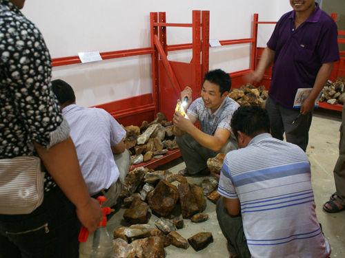 龙陵县注重黄龙玉市场的规范和培育