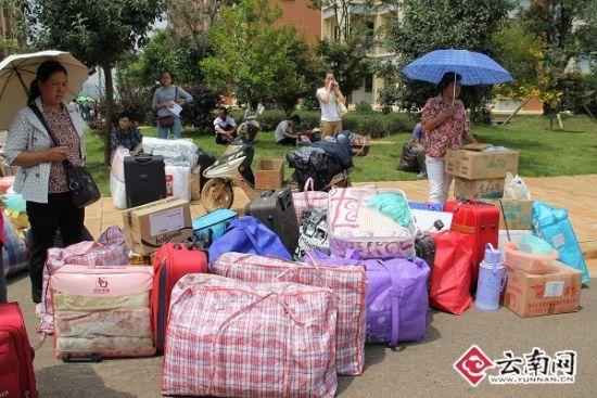 大包小包的行李。