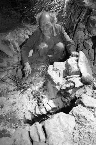 老人隐居的山洞很简陋