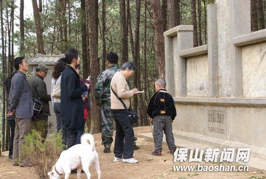 游客在松山观看抗战遗迹