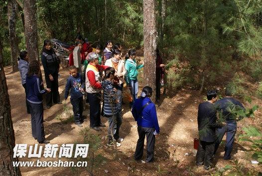 游客在烈士墓前