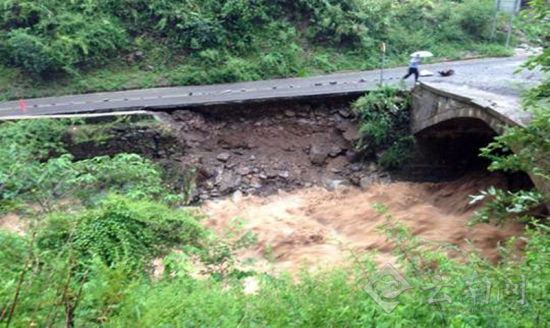公路被洪水冲垮。