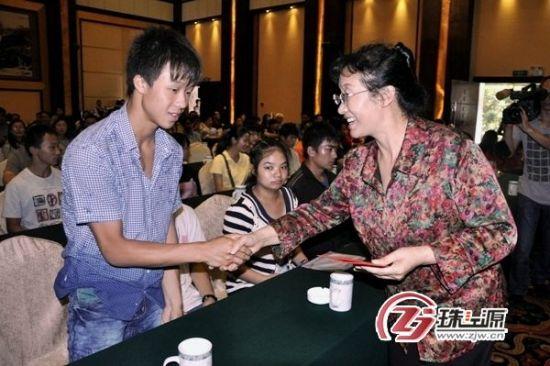 李桂珍(右)发放助学金